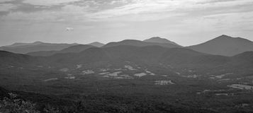 Vista del valle azul de la cala de Ridge Mountains y del ganso fotos de archivo