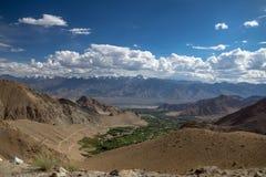 Vista del valle de Indus y de las montañas de Zanskar cerca del paso de Khardung imágenes de archivo libres de regalías