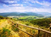 Vista del valle de las montañas de los Pirineos imagenes de archivo