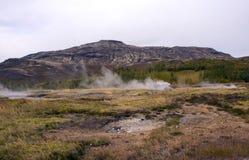 Vista del valle de los géiseres, de las colinas y de las montañas, fuentes que fuman imágenes de archivo libres de regalías