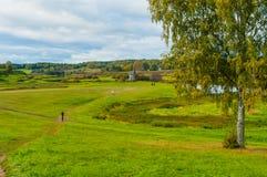Vista del valle del río de Soroti en Pushkinskiye sangriento, Rusia - paisaje del otoño en tiempo nublado Foto de archivo