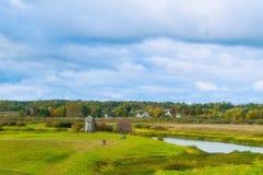 Vista del valle del río de Soroti en Pushkinskiye sangriento, Rusia - paisaje nublado del otoño Imágenes de archivo libres de regalías