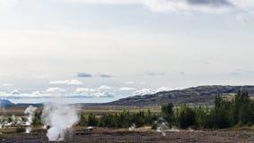 Vista del valle del géiser de Haukadalur en Islandia foto de archivo