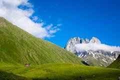 Vista del valle hermoso de la montaña de Chauchi Foto de archivo
