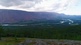 Vista del valle del vídeo de la antena del sollozo del río Urales polares, Rusia metrajes
