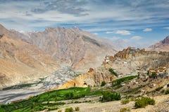 Vista del valle y de Dhankar Gompa de Spiti en Himalaya Imagen de archivo