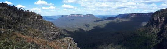 Vista del valle y de montañas con los árboles de eucalipto en un día claro del cielo azul en Jamison Valley NSW Australia Imagenes de archivo