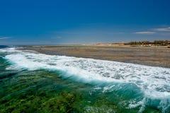 Vista del verde azul salvaje y onda espumosa en el embarcadero en Calimera Habiba Beach Resort imagenes de archivo