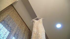 Vista del vestito da sposa insolito che appende nella stanza, slidecam archivi video