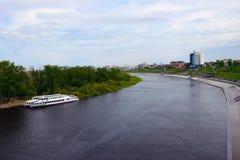Vista del viaje del río del puente Foto de archivo libre de regalías