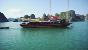 Vista del viaje en el barco turístico en bahía larga de la ha, una herencia natural del mundo metrajes