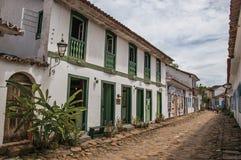 Vista del vicolo del ciottolo con le vecchie case variopinte e della vegetazione in Paraty Fotografia Stock Libera da Diritti