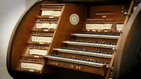 Vista del viejo órgano de madera que se coloca en la iglesia, música religiosa, melodía almacen de metraje de vídeo
