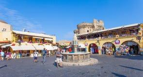 Vista del viejo cuadrado del centro de ciudad de Rodas Foto de archivo libre de regalías