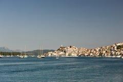 Vista del villaggio all'isola di Poros, Grecia Immagine Stock Libera da Diritti