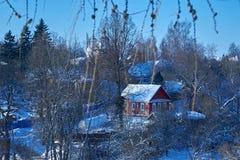 Vista del villaggio attraverso i rami di albero nell'inverno Fotografia Stock Libera da Diritti