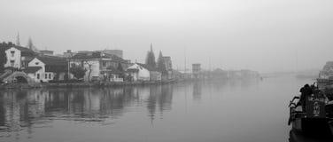 Vista del villaggio attraverso il fiume Fotografia Stock
