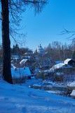 Vista del villaggio dalla cima della collina nell'inverno Immagine Stock