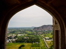 Vista del villaggio dalla galleria della fortificazione in Tamil Nadu, India fotografia stock