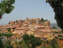 Vista del villaggio del Roussillon in Provenza fotografia stock libera da diritti