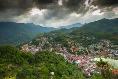 Vista del villaggio della città intorno alla montagna verde al Vietnam immagine stock libera da diritti