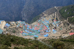 Vista del villaggio di alta montagna del bazar di Namche, capitale del peopl di sherpa Immagine Stock