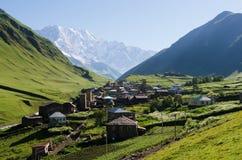 Vista del villaggio di alta montagna di Ushguli in Svaneti, Georgia Fotografia Stock