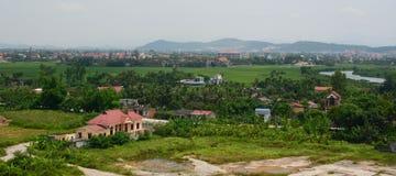 Vista del villaggio di Binh con il fiume, erba verde, cielo nuvoloso Fotografia Stock Libera da Diritti