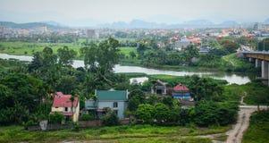 Vista del villaggio di Binh con il fiume, erba verde, cielo nuvoloso Immagini Stock Libere da Diritti