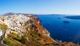 Vista del villaggio di Fira sviluppata sopra la scogliera del vulcano e l'isola blu di Santorini del mare, Grecia, Europa Immagine Stock