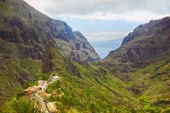 Vista del villaggio di Masca con le palme e le montagne, Tenerife, canarino Immagini Stock Libere da Diritti