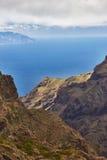 Vista del villaggio di Masca con le palme e le montagne, Tenerife, canarino Fotografia Stock