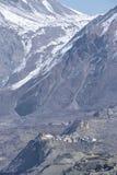 Vista del villaggio di Muktinath e del passo di montagna nell'area di Annapurna, Nepal della La di Thorung Immagine Stock