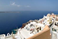 Vista del villaggio di OIA e del mar Egeo fotografia stock libera da diritti
