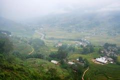 Vista del villaggio di Tavan sul giacimento del riso a terrazze con il fiume in nebbioso Fotografia Stock Libera da Diritti
