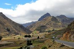 Vista del villaggio di Zumbahua con le alte montagne nei precedenti, Ecuador Immagine Stock Libera da Diritti