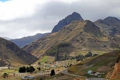 Vista del villaggio di Zumbahua con le alte montagne nei precedenti, Ecuador Fotografia Stock Libera da Diritti
