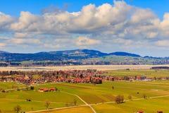 Vista del villaggio e del paesaggio di Fussen dal castello di Schloss Hohenschwangau, Baviera, Germania Immagini Stock Libere da Diritti