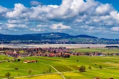 Vista del villaggio e del paesaggio di Fussen dal castello di Schloss Hohenschwangau, Baviera, Germania Fotografie Stock Libere da Diritti