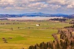 Vista del villaggio e del paesaggio di Fussen dal castello di Schloss Hohenschwangau, Baviera, Germania Fotografia Stock