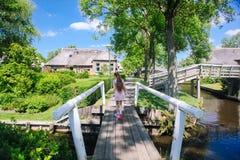 Vista del villaggio famoso di Giethoorn con i canali nella provincia ?di Overijssel fotografie stock