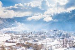 Vista del villaggio georgiano solare Immagine Stock