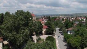 Vista del villaggio greco fra gli alberi verdi stock footage