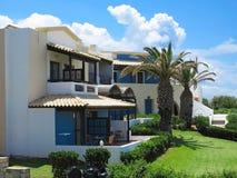 Vista del villaggio greco sul architectur minoan tropicale di stile di Creta Fotografia Stock