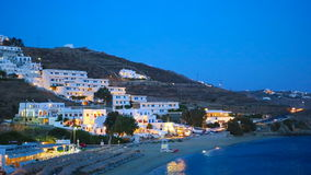 Vista del villaggio greco tradizionale con le case bianche nelle luci notturne sull'isola di Mykonos, Grecia, video d archivio