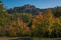 Vista del villaggio medievale di Bomarzo dal parco del mostro Immagini Stock