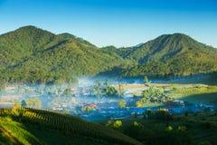 Vista del villaggio in montagna e nebbia Fotografia Stock