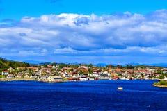 Vista del villaggio norvegese dalla nave da crociera Fotografie Stock