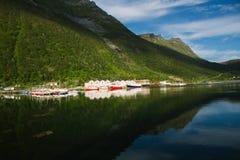 Vista del villaggio norvegese Husoy, isola di Senja, Norvegia del pescatore Immagini Stock Libere da Diritti
