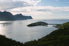 Vista del villaggio norvegese Husoy, isola di Senja, Norvegia del pescatore Fotografia Stock